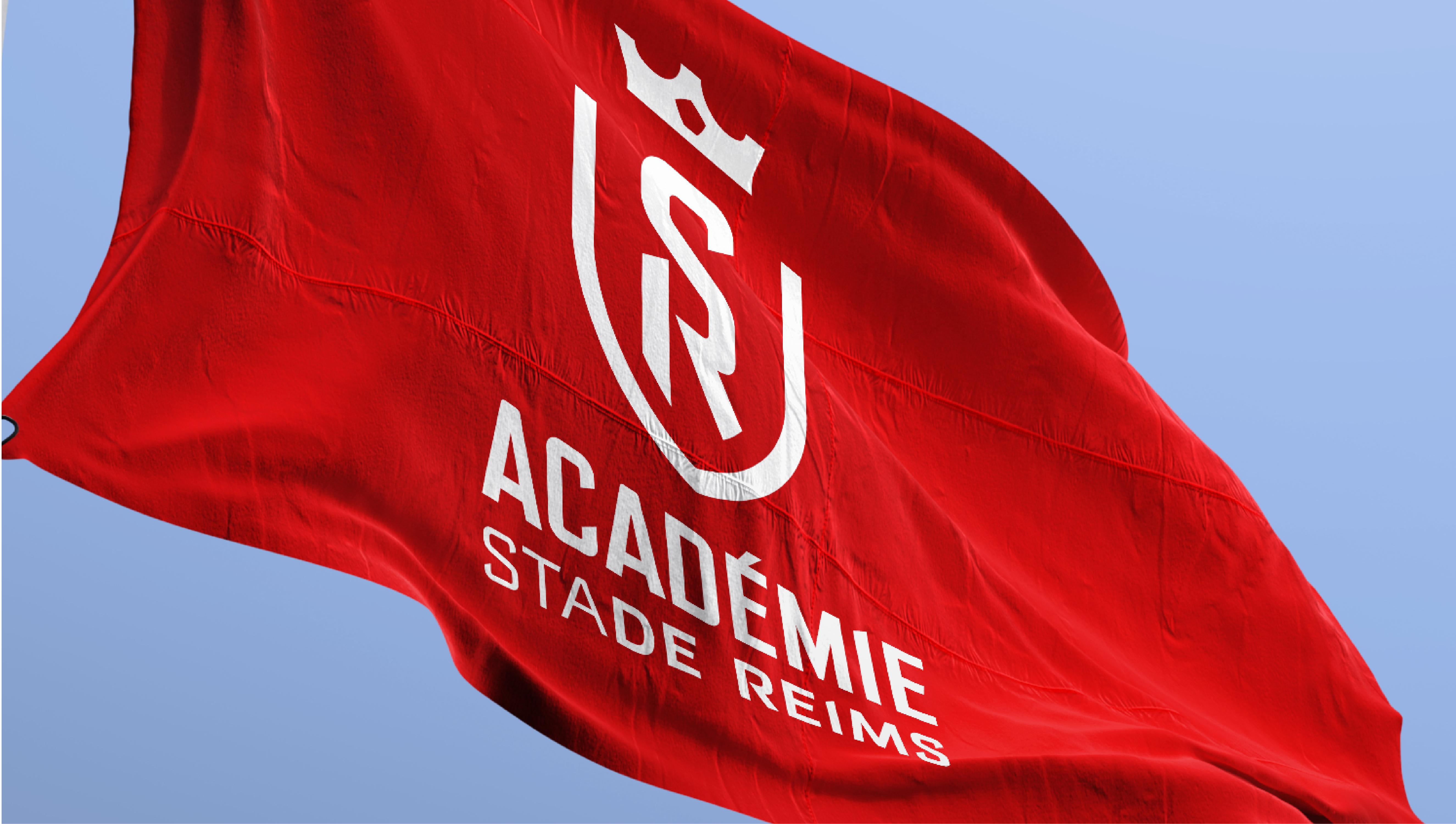 actualite_news_corps_visuel_club_stade_de_reims_identite_visuelle_or_gris_territoire_de_marque_signature_maison_de_football_drapeau_leroy_tremblot
